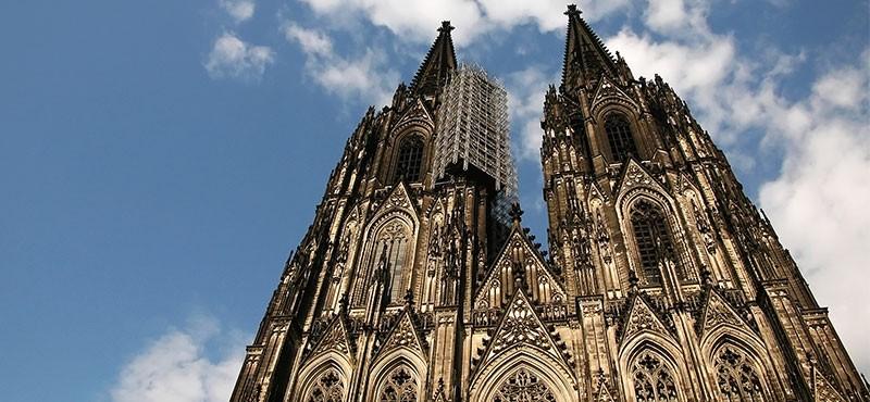 CityGames Köln Firmen Team Tour: Kölner Dom aus Froschperspektive und blauer Himmel